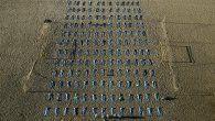 Foto tomada con un dron que muestra elementos que simulan cerca de 400 bolsas mortuorias durante el acto de la ONG Río de Paz en memoria de los más de 400.000 brasileños muertos por el Covid-19, en las arenas de la playa de Copacabana.