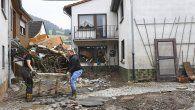 Residentes sacan sus pertenencias destruidas de una casa después de que las inundaciones causaron daños importantes en Schuld, cerca de Bad Neuenahr-Ahrweiler, en el oeste de Alemania.
