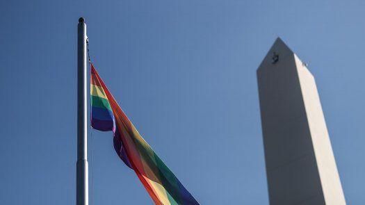 Fotografía de la bandera LGBTI mientras ondea frente al obelisco, en el marco del Día de Lucha Contra la Discriminación por Orientación Sexual o Identidad de Género, en Buenos Aires.
