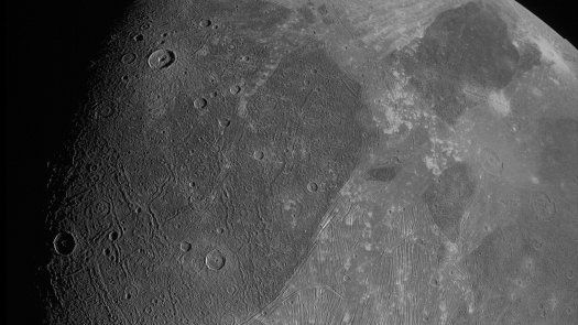 Las fotos muestran la superficie con un detalle notable, incluidos cráteres, terreno oscuro y brillante claramente diferenciado y características estructurales largas posiblemente vinculadas a fallas tectónicas, informó el Laboratorio de Propulsión a Chorro (JPL, por su sigla en inglés) de la NASA.