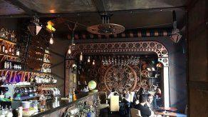 Un bar rumano viaja a un futuro alternativo inspirado en Julio Verne