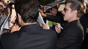 Brad Pitt es agredido por un reportero bromista