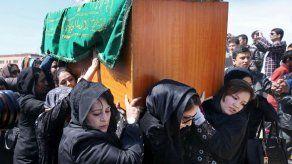 Afganos piden justicia para la mujer asesinada por una turba