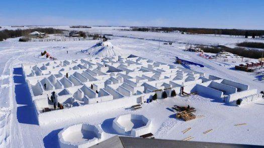 Una pareja canadiense erige el laberinto de nieve más grande del mundo