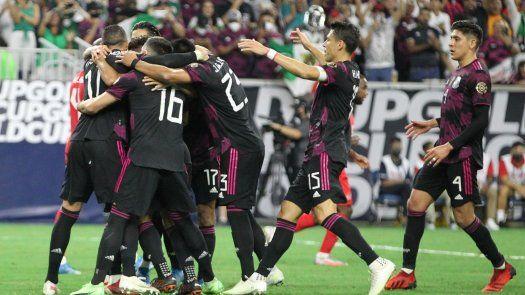 USA1179. HOUSTON (ESTADOS UNIDOS), 29/07/2021.- Los jugadores de México celebran tras clasificar a la final de la Copa de Oro tras vencer a Canadá por dos goles a uno, hoy, en el Estadio NRG, en Houston, Texas (Estados Unidos). EFE/ Jorge Clará