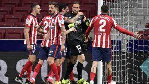 El líder Atlético sufre pero gana 1-0 al Alavés