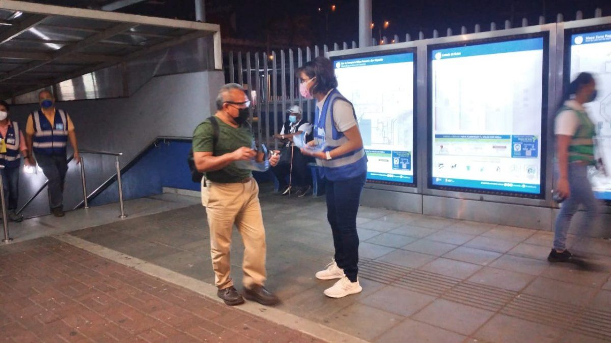 Ante la entrada en vigencia de las nuevas disposiciones en el transporte público, personal de Mi Bus entrega pantallas faciales a los usuarios en zonas pagas.