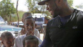 Rapero 50 Cent visita a víctimas de hambruna en Somalia y Kenia