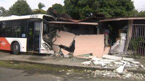 Unidad de MiBus impacta residencia en Panamá Viejo