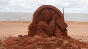 Las estaciones del Vía Crucis esculpidas en arena a orillas del Paraná