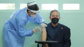 Momento en el que una enfermera aplica al presidente Laurentino Cortizo la segunda dosis de vacuna contra COVID-19.