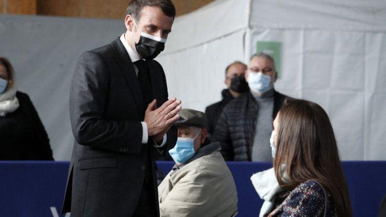 Macron insta a vacunar mañana, tarde y noche para vencer al covid