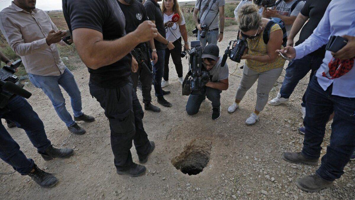 Imágenes de los servicios penitenciarios muestran un túnel excavado debajo de una baldosa del cuarto de baño, al pie de un lavabo. Los presos palestinos escaparon por él.