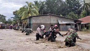 Daños y más lluvia complican labores de rescate en Indonesia