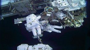 Astronautas terminan caminata espacial para reparar brazo robótico de ISS