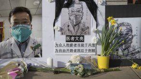 Redes sociales en China rinden homenaje a médico fallecido que alertó sobre el virus