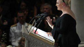 En funeral de McCain