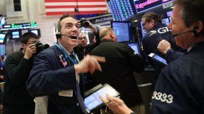 Dow Jones pasa de perder 567 puntos a ganar 567
