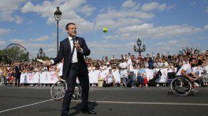 Macron juega tenis y promueve candidatura olímpica
