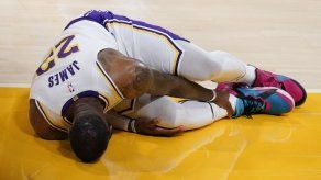 LeBron James abandona juego de los Lakers con lesión en el tobillo