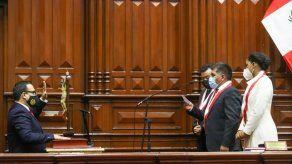 Los legisladores ingresaron por grupos al hemiciclo del Palacio Legislativo, en el centro histórico de Lima, para jurar y recibir la medalla que los identifica como miembros del Parlamento.