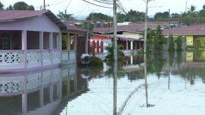 Barriada de Panamá Norte donde se abrió un hueco queda inundada
