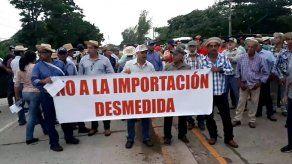 Productores de leche protestan sobre el puente del río La Villa contra importaciones