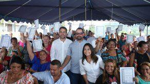 113 familias de Calle Doctor reciben certificados de asignaciones de lotes