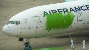 Greenpeace pinta avión de pasajeros en aeropuerto de París