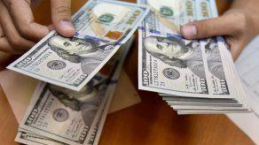 Pareja gasta 120.000 dólares depositados por un banco por accidente en EEUU