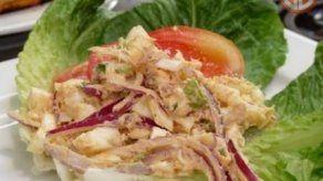 Ensalada de huevo con atún y tomate