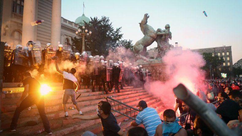 Belgrado vive segunda jornada de tensión con protestas contra confinamiento