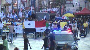 Docentes y otros grupos marchan en contra de las reformas constitucionales