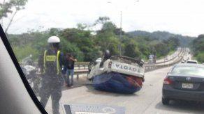 Vuelco de vehículo pick up en la Vía Centenario provoca tranque hacia Panamá Oeste