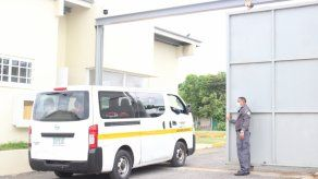 Privados de libertad salen de un centro penitenciario en un busito de la DGSP.