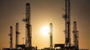 OPEP y aliados acuerdan elevar producción de crudo