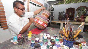 El soldado mexicano que dejó el uniforme para hacer magia con el barro