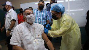 El arzobispo de Panamá recibe la primera dosis de la vacuna de Pfizer y BioNTech.