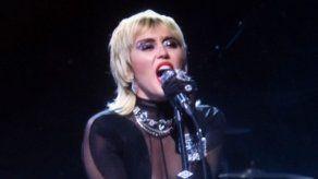 La madre de Miley Cyrus empezó a fumar marihuana animada por su famosa hija