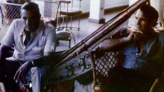 Fotografía de archivo personal del periodista Zoilo Martínez en la que se registró al general Omar Torrijos (i) y a Martínez (d), en 1980, en la casa del general en la playa de Farallón en Panamá.
