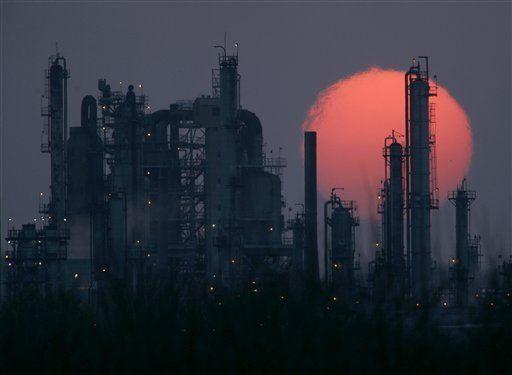 Caen acciones ante alza de petróleo
