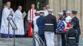 Dos expresidentes de EEUU rinden tributo a McCain en una despedida sin Trump