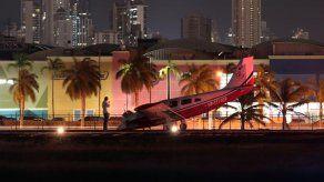 Avioneta sufre percance en el tren delantero en pista del aeropuerto Marcos A. Gelabert