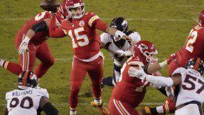 Chiefs remontan ante Broncos y sellan pase a playoffs