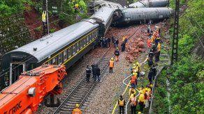 Un muerto y 127 heridos en descarrilamiento de un tren en China por un deslizamiento de tierra