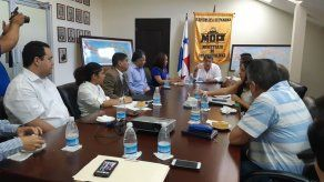 Ministro Arosemena se reúne con moradores de PH de Limajo