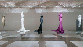 Prendas de Azzedine Alaïa se exponen como esculturas en Londres