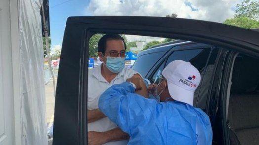 El expresidente Martín Torrijos mientras es vacunado con AstraZeneca.