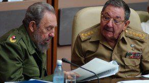 Los líderes de Cuba Fidel (i) y Raúl Castro (d).