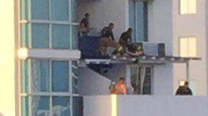 Rescatan con vida a dos personas que cayeron del décimo al quinto piso de un edificio